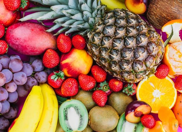 uvas-fresas-pina-kiwi-albaricoque-platano-pina-entera_23-2147968680